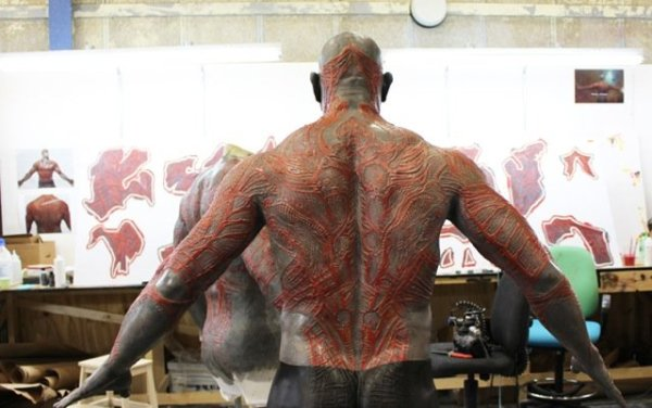 Colagens aplicadas na pele do ator Dave Bautista para o personagem Drax de Guardiões da Galáxia (photo by businessinsider.com)