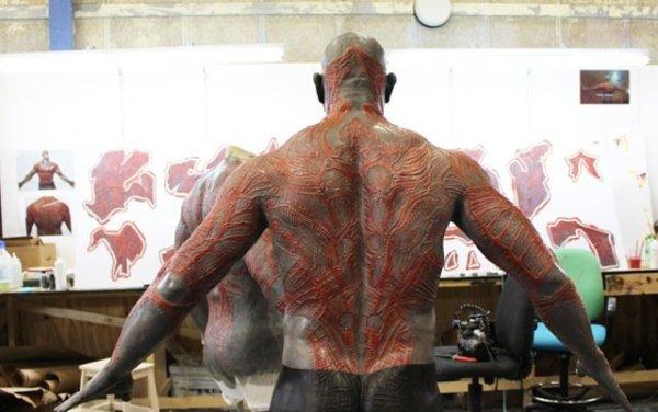 Colagens aplicadas na pele do ator Dave Bautista para o personagem Drax de Guardiões da Galáxia (photo by businessinsider.com)