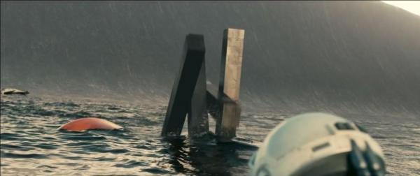 Não há uma fotografia realmente boa pra mostrar os efeitos desta cena do resgate no planeta das ondas, mas dá pra ver o robô TARS, uma espécie de R2D2 moderno de Interestelar (photo by idigitaltimes.com)