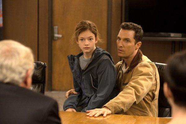 A emotiva Mackenzie Foy em cena de Interestelar ao lado de Matthew McConaughey (photo by outnow.ch)