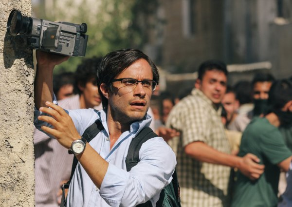 Gael García Bernal em cena de Rosewater, filme de estréia de Jon Stewart, apresentador do The Daily Show (photo by outnow.ch)