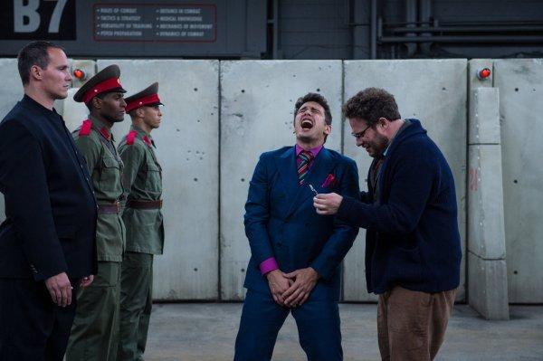 Cena de A Entrevista com James Franco (centro) e Seth Rogen (à direita). Photo by outnow.ch