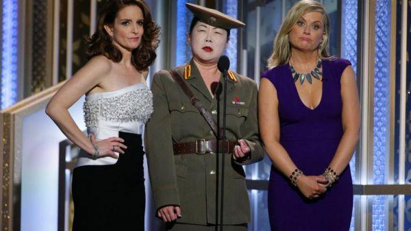 Tina Fey e Amy Poehler com Margaret Cho caracterizada como uma serva norte-coreana (photo by foxnews.com)