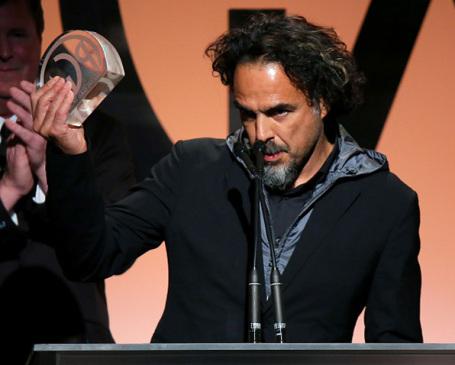 O diretor e produtor Alejandro González Iñárritu levanta o troféu do PGA Awards (photo by pmcdeadline2.files.wordpress.com)