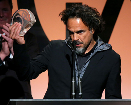 O diretor e produtor Alejandro González Iñárritu levanta o troféu do PGA Awards (photo by pmcdeadline2.files.wordpress.com)