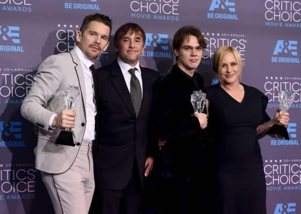 Da esquerda pra direita_ Ethan Hawke, Richard Linklater, Ellar Coltrane e Patricia Arquette com o prêmio de Boyhood (photo by dailyherald.com)