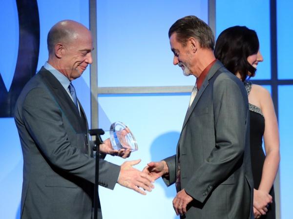 J.K. Simmons entrega o prêmio de Melhor Série de Comédia para o produtor Mark A. Burley de Orange is the New Black (photo by Mark Davis/Getty Images)