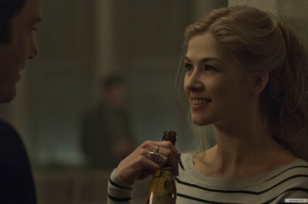 Rosamund Pike em momento Amazing Amy de Garota Exemplar (photo by elfilm.com)