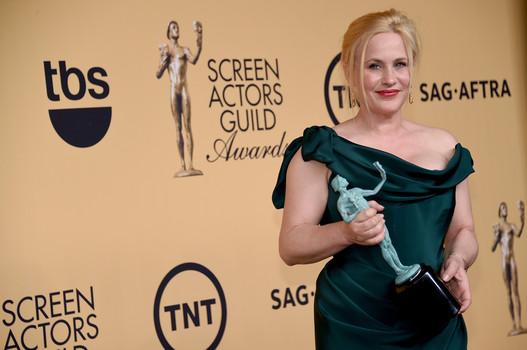 Patricia Arquette com seu SAG Award de coadjuvante (photo by examiner.com)