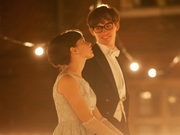 O casal Stephen e Jane Hawking (Eddie Redmayne e Felicity Jones) em A Teoria de Tudo (photo by outnow.ch)