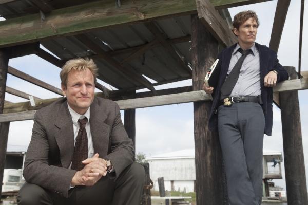 Woody Harrelson e Matthew McConaughey em cena de True Detective, série da HBO (photo by cinemagia.ro)