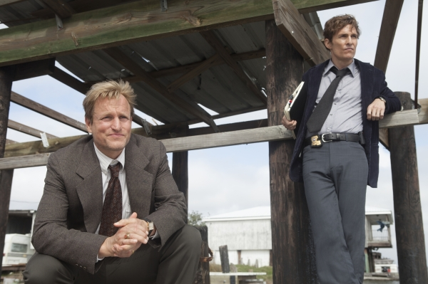 Woody Harrelson e Matthew McConaughey em cena de True Detective, série da HBO (photo by cinemagia.ro)