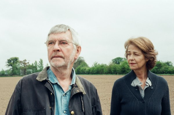 Premiados em Berlim: Tom Courtenay e Charlotte Rampling em 45 Years (photo by outnow.ch)