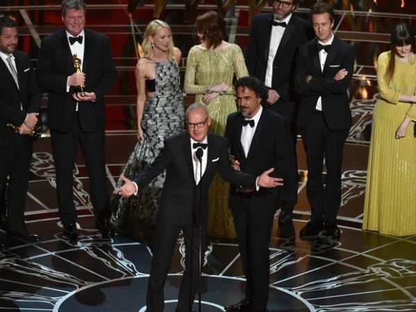 Michael Keaton (centro) agradece o Oscar de Melhor Filme à frente da equipe do filme (photo: John Shearer/Invision/AP)