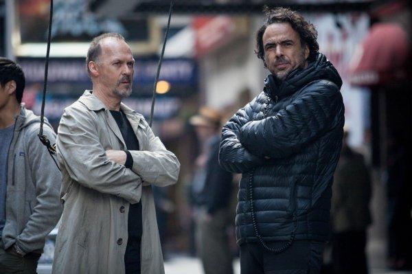 Alejandro González Iñárritu com o ator Michael Keaton em set de Birdman (photo by outnow.ch)