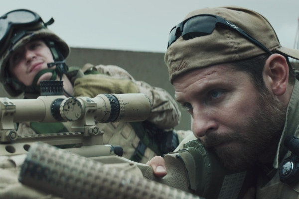 Bradley Cooper em cena de Sniper Americano (photo by cinemagia.ro)