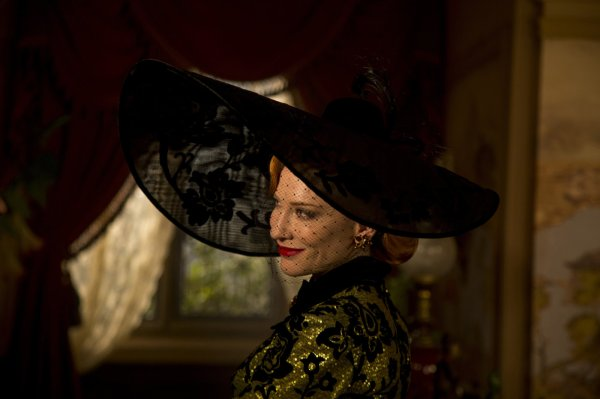 Cate Blanchett como lady Tremaine em Cinderella (photo by outnow.ch)
