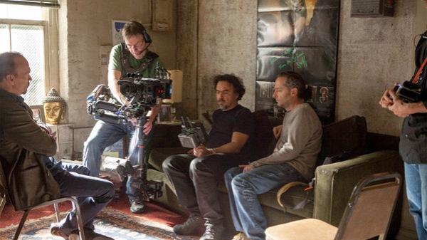 À direita, Emmanuel Lubezki faz os acertos para a cena de Birdman ao lado do diretor Alejandro González Iñárritu (photo by animationnews.com)