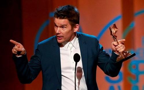Ethan Hawke aceita o prêmio de Diretor na ausência de Richard Linklater por Boyhood (photo by novo.wada.vn)