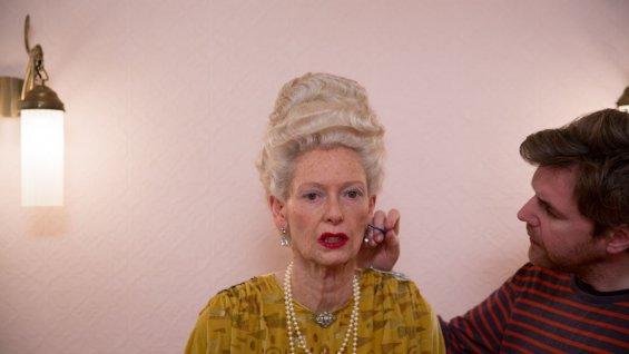 Tilda Swinton se transformando em Madame D em O Grande Hotel Budapeste (photo by hollywoodreporter.com)