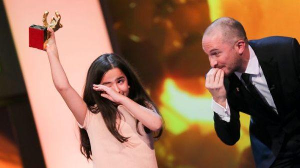 Hanna Saeidi se emociona ao receber o Urso de Ouro pelo pai, Jafar Panahi, pelo filme Taxi (photo by http://www.rbb-online.de)