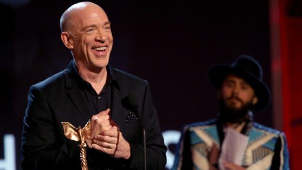 J.K. Simmons aceita seu prêmio por Whiplash: Em Busca da Perfeição. Ao fundo, Jared Leto. Photo by variety.com