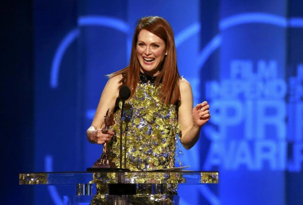 Julianne Moore recebe prêmio por Para Sempre Alice (photo by chinadaily.com.cn)