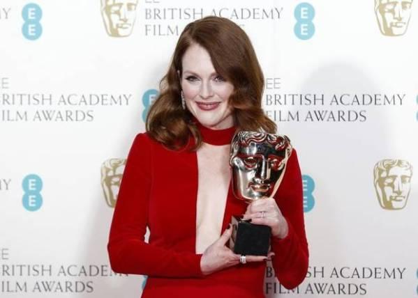 Julianne Moore posa para fotos com seu BAFTA por Para Sempre Alice (photo by independent.co.uk)