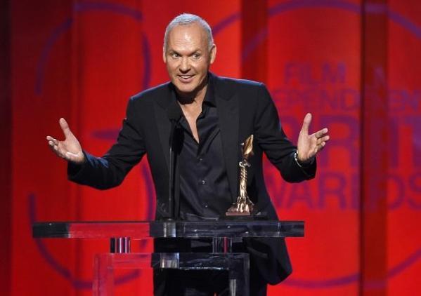 Michael Keaton levou o Independent Spirit Award um dia antes do Oscar por Birdman (photo by entertainment.inquirer.net)
