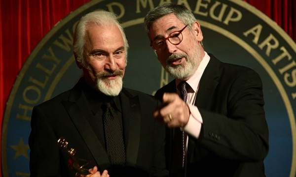 Homenageado pela Hollywood Makeup Artists, Rick Baker posa ao lado do diretor John Landis (photo by makeupmag.com)