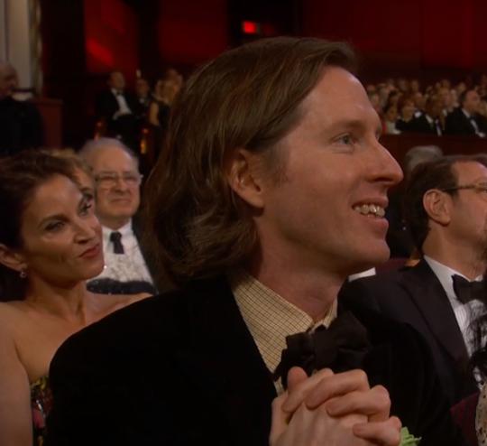 Wes Anderson ficou muito feliz pelos 4 Oscars que O Grande Hotel Budapeste recebeu. Mas infelizmente, ficou sentado a noite toda. (photo by billhaderismycriterioncollection.tumblr.com)