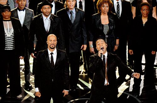 """Common e John Legend durante apresentação da canção """"Glory"""" de Selma (photo by robertdeniro.tumblr.com)"""