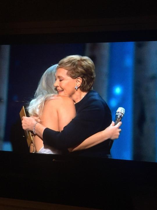 Lady Gaga abraça Dame Julie Andrews depois de homenagem de A Noviça Rebelde (photo by psychoticmusichead.tumblr.com)