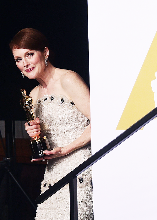 Julianne Moore com seu primeiro Oscar por Para Sempre Alice (photo by  morejulianne.tumblr.com)