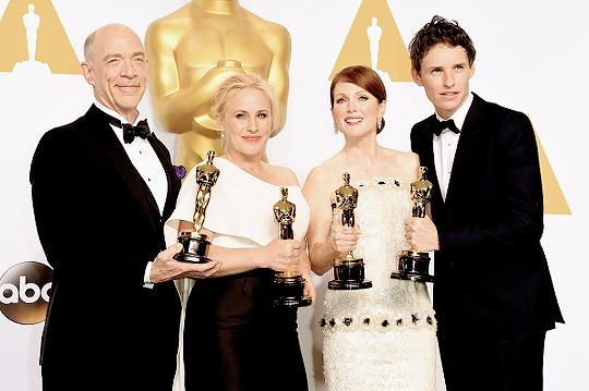 Da esquerda para a direita: J.K. Simmons, Patricia Arquette, Julianne Moore e Eddie Redmayne com seus respectivos Oscars (photo by kinginthenorths.tumblr.com)