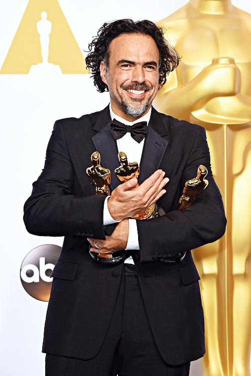 Alejandro González Iñárritu ocupa as duas mãos com as 3 estatuetas do Oscar por Birdman
