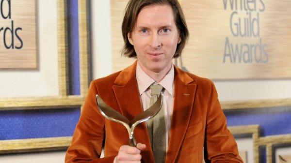 Wes Anderson posa com seu WGA Award por O Grande Hotel Budapeste (photo by http://mypullzone.orangepopmediall.netdna-cdn.com)