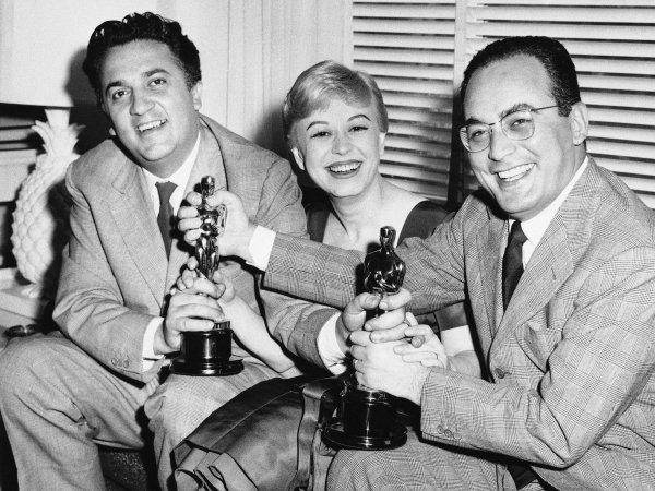 Da esquerda para a direita: Federico Fellini, sua esposa e atriz Giulietta Masina e o produtor Dino De Laurentiis com seus Oscars por A Estrada da Vida (photo by businessinsider.com)