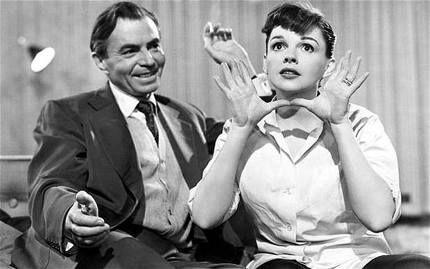 Ao lado de James Mason, Judy Garland em Nasce uma Estrela, que lhe rendeu sua primeira de duas indicações (photo by telegraph.co.uk)