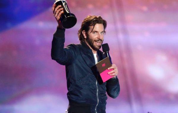 Bradley Cooper ganha seu balde de pipoca por Sniper Americano (photo by timeslives.co.za)