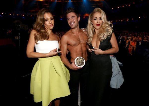 Jessica Alba e Rita Ora posam com o vencedor do Shirtless Performance, Zac Efron, por Vizinhos (photo by nydailynews.com)