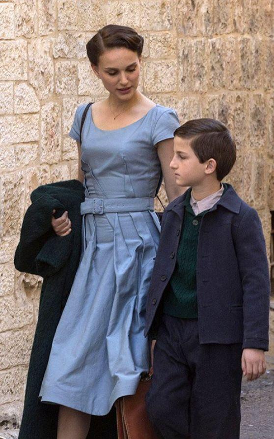 Natalie Portman em seu primeiro filme como diretora em A Tale of Love and Darkness (photo by celebmafia.com)