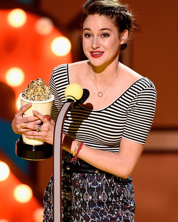 Shailene Woodley recebe seu balde de pipoca por A Culpa é das Estrelas (photo by hollywoodlife.com)