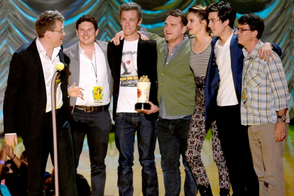 John Green, Isaac Klausner, Josh Boone, Marty Bowen, Shailene Woodley, Nat Wolff e Wyck Godfrey recebem o MTV Movie Award de Filme do Ano por A Culpa é das Estrelas (photo by Getty Images through nypost.com)