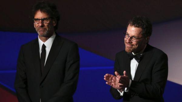 Joel Coen e Ethan Coen na cerimônia de premiação em Cannes: escolha unânime. Será? (photo by abcnews.go.com)