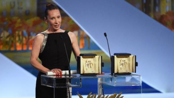 Emmanuelle Bercot posa ao lado dos dois prêmios de interpretação feminina. Rooney Mara não esteve presente. Bercot ganha por Mon Roi (photo by news.yahoo.com)