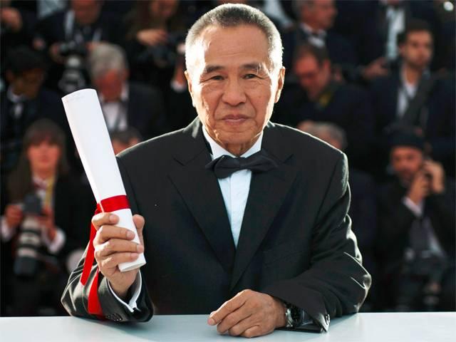 O consagrado diretor Hou Hsiao Hsien recebe o prêmio de direção por The Assassin (photo by china.org.cn)