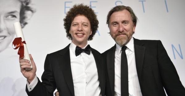 O cineasta mexicano Michel Franco recebe o prêmio de roteiro por Chronic das mãos do ator Tim Roth (photo by cinema.uol.com.br)
