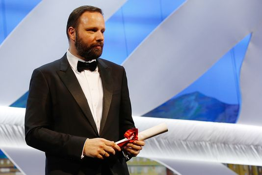 O diretor grego Yorgos Lanthimos recebe o Prêmio do Júri por The Lobster (photo by lemonde.fr)