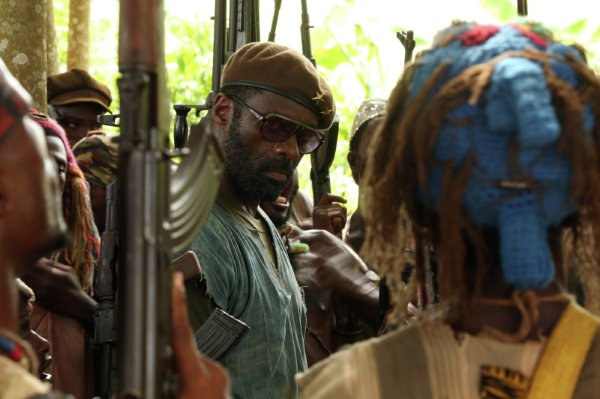 Idris Elba em cena de Beasts of No Nation, de Cary Fukunaga (photo by cine.gr)